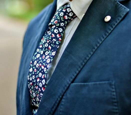 Τι έχει να δώσει η floral γραβάτα στο μουντό φθινοπωρινόστυλ