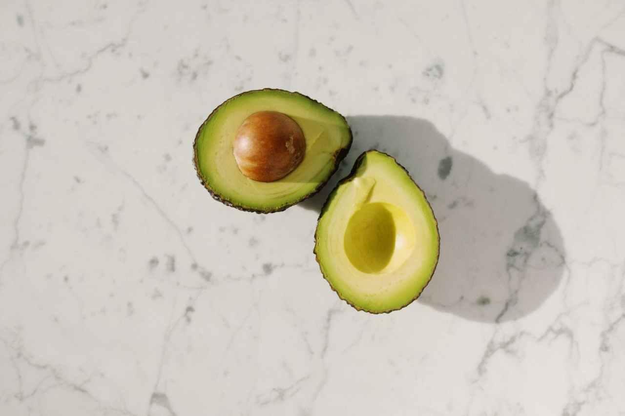 Φυτέψτε το δικό σας φυτό αβοκάντο από ένακουκούτσι