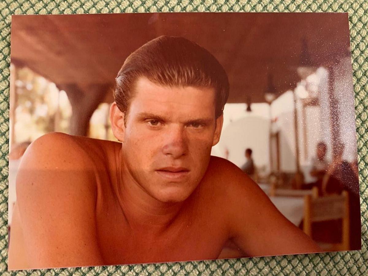 Ο γοητευτικός νεαρός που βλέπεις στη φωτογραφία 40 χρόνια πριν έχει διαπρέψει στηντηλεόραση