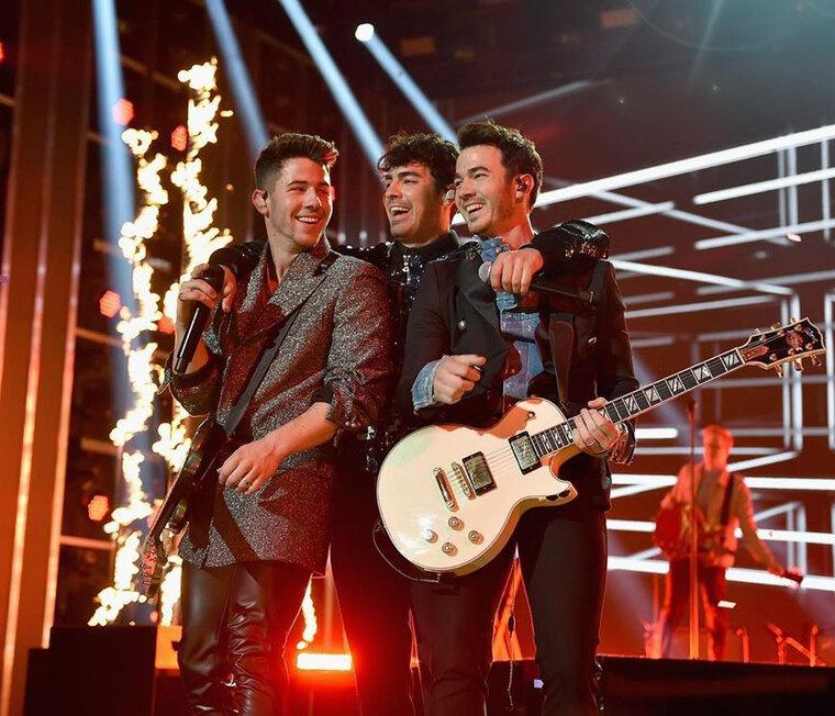 Οι Jonas Brothers έφεραν το σωστό Xmas-spirit πουέψαχνες