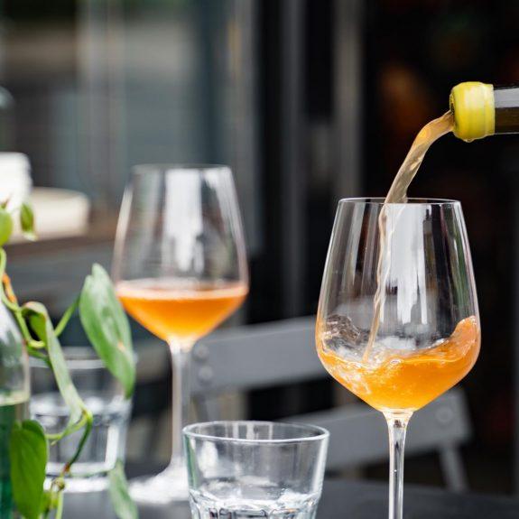 Ανακαλύψαμε wine bar που σερβίρει αποκλειστικά πορτοκαλίκρασί!