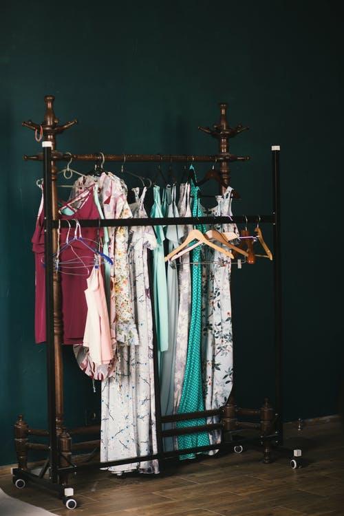 Τα ρούχα σου μυρίζουν μούχλα; Ξέρουμε το μυστικό για ναμοσχοβολάνε!