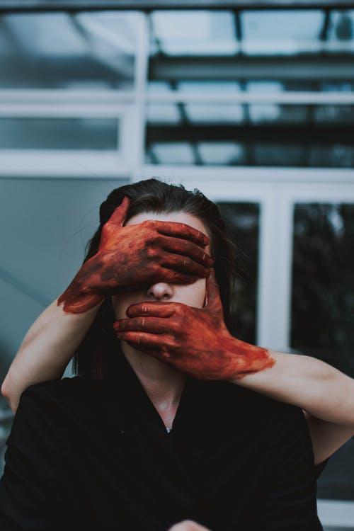 Άφθονο, ψεύτικο αίμα. Ένας ειδικός των εφέεξηγεί