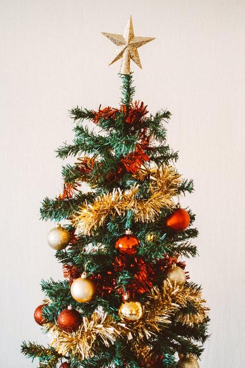 Το λάθος που κάνεις… εάν στολίζεις ψεύτικο Χριστουγεννιάτικο δέντρο!