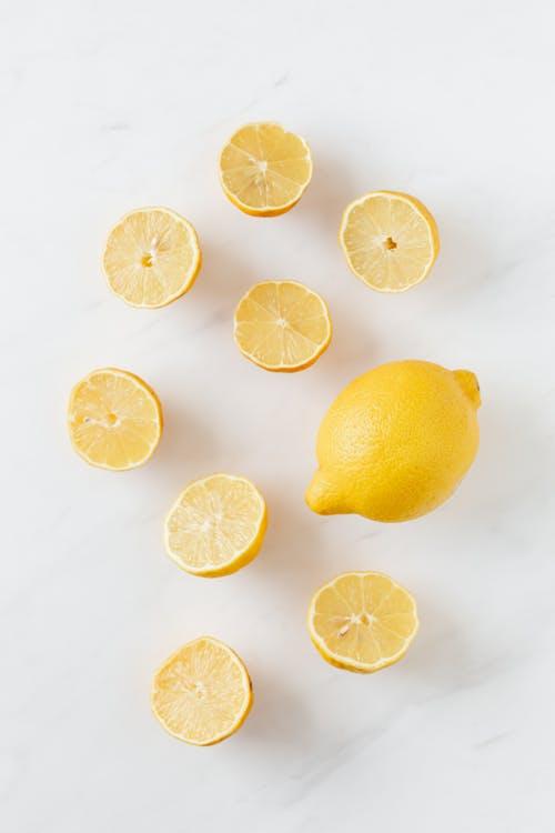 Γεμίζει μια γυάλα με νερό και ρίχνει μέσα λεμόνια – Μόλις δείτε το λόγο θα τρέξετε να τοκάνετε!