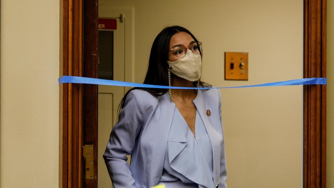 Το απίθανο (και στιλάτο) τρικ της Αλεξάνδρια Οκάσιο Κορτές για να βγάζει τη μάσκα χωρίς να τηνπιάσει
