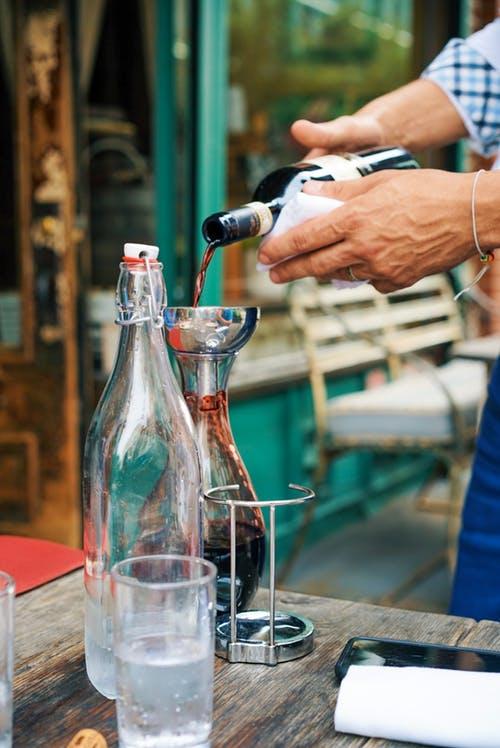 Πώς να διατηρήσεις ένα ανοιχτό μπουκάλι κρασί για όσο το δυνατό περισσότερεςμέρες