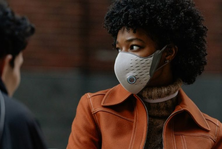 Η έξυπνη μάσκα σε ενημερώνει εάν οι πνεύμονές σου παίρνουν καθαρόαέρα