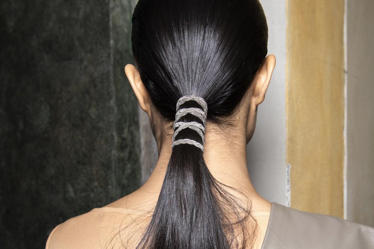 Το twist για να κάνεις το χαμηλό ponytail να δείχνειυπέροχο