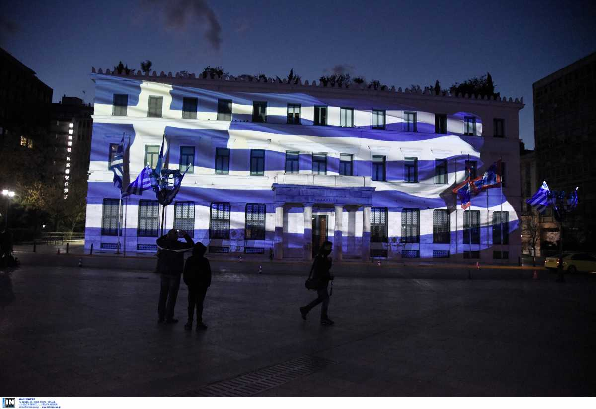 25η Μαρτίου: Όλο το δημαρχείο της Αθήνας «γαλανόλευκο» – Εντυπωσιακέςεικόνες