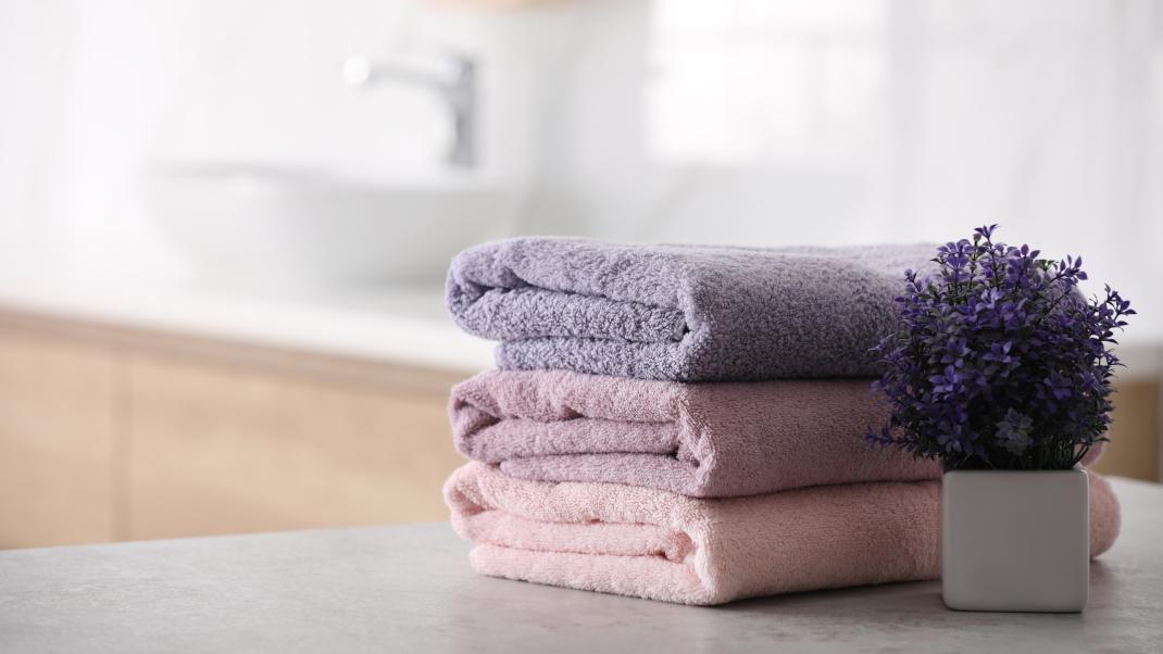 Μια γυναίκα τυλίγει πετσέτες και ρούχα με τον πιο απλό τρόπο και γίνεται viral στοTikTok